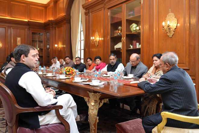 NEW DELHI, FEB 18 (UNI):-A delegation of Senior Congress leaders led by Congress Vice President Rahul Gandhi meeting  President Pranab Mukherjee at Rashtrapati Bhawan in New Delhi on Thursday. UNI PHOTO-23U