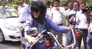 रंजीता बाइक से पहुंचीं संसद