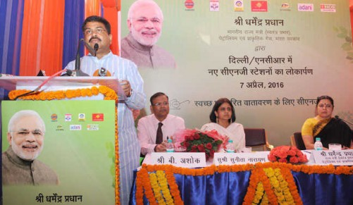 NEW DELHI, APR 7 (UNI):- Minister of State for Petroleum and Natural Gas (I/C) Dharmendra Pradhan addressing the dedication ceremony of the CNG stations, in New Delhi on Thursday. UNI PHOTO-16U