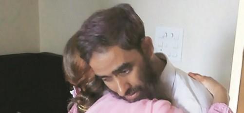 निसारुद्दीन परिवार से 23 वर्षों बाद मिले ( फोटो इंडियन एक्सप्रेस)