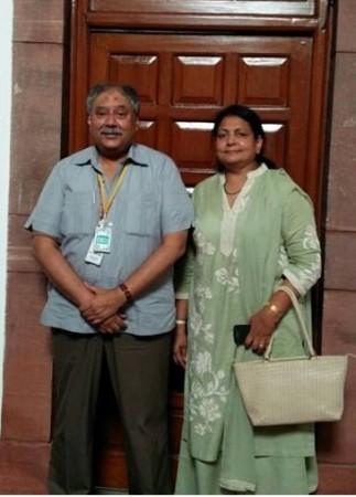 पत्नी परवीन के साथ अफजल: 35 वर्षों की लम्बी पारी