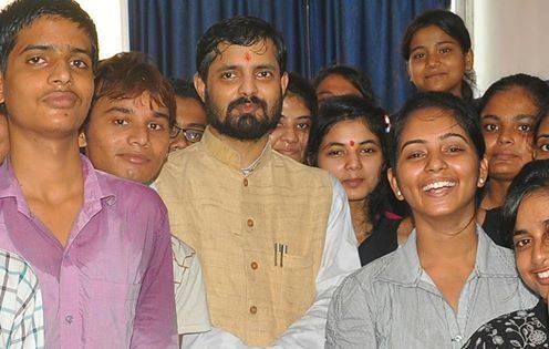 सफल छात्र-छात्राओं के साथ अमरदीप झा गौतम