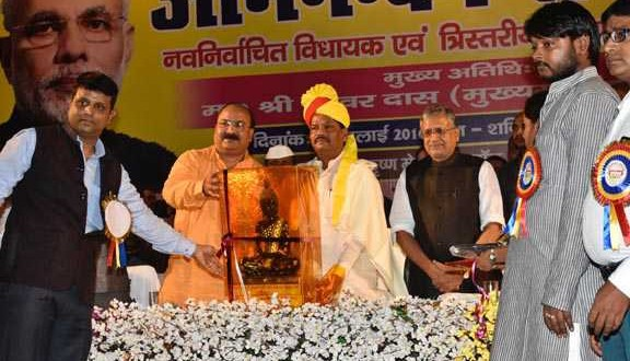 PATNA, JUL 23 (UNI)- Jharkhand Chief Minister Raghubar Das being presented with a memnto during felicitation function of newly elected panchayat delegates in Patna on Saturday. UNI PHOTO-55U