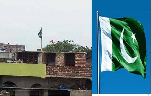 बायें घर पर लहराता इस्लामी झंडा जिसमें चांद ऊपर से नीचे है , दायें पाकिस्तान का ओरिजनल झंडा जिसमें चांद नीचे से ऊपर की तरफ है