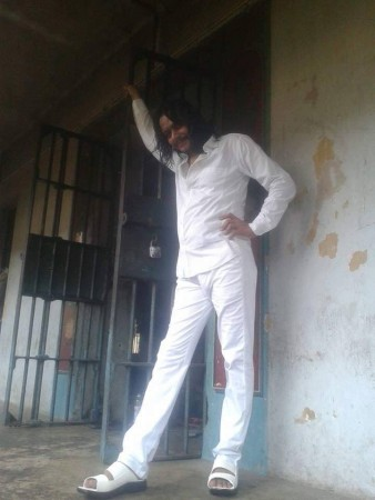 जैले के अंदर बैरेक के पास टुल्लू सिंह की फोटो, जेल की गोपनीयता को धता बता रही है