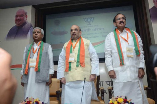 NEW DELHI, AUG 27 (UNI)- BJP President Amit Shah flanked by Union Minister of Urban Development and Informationa and Broadcasting M Venkaiah Naidu during Chief Ministers' Conference (Mukhyamantri Parishad) in New Delhi on Saturday. UN PHOTO-15u