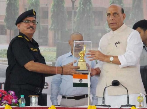 NEW DELHI, AUG 23 (UNI):- Union Home Minister, Rajnath Singh being presented a memento at the inauguration of the newly constructed Composite building of 52 SAG, NSG, at Samalkha, in New Delhi on Tuesday. UNI PHOTO - 124U