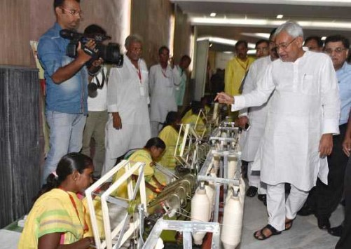 PATNA, SEP 24 (UNI)- Bihar Chief Minister Nitish Kumar visiting an exhibition on the occasion of National Charkha Diwas, in Patna on Saturday. UNI PHOTO-40U