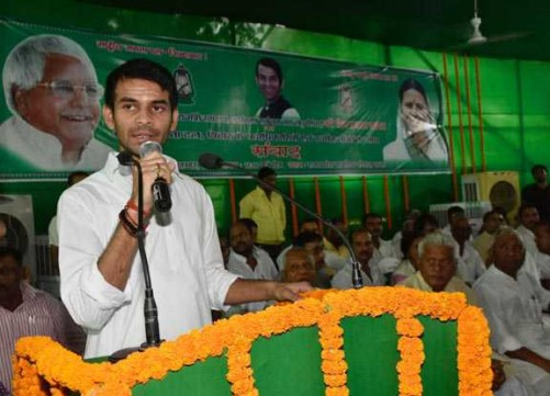 PATNA, SEP 29 (UNI):- Bihar Health Minister Tej Pratap speaking at an interactive programme with RJD workers, in Patna on Thursday. UNI PHOTO-47U