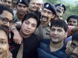 अपहरण से मुक्त कराने के बाद व्यवसाइयों के साथ एसएसपी(फाइल फोटो)