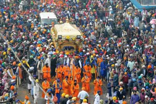 PATNA, JAN 4 (UNI):- Sikhs participating in a Nagar Kirtan (Procession) to celebrate 350th birth anniversary of Guru Gobind Singh in Patna on Wednesday.. UNI PHOTO-86U
