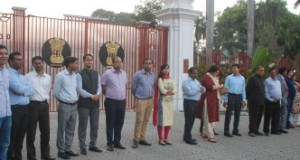 आईएएस अफसरों ने राजभवन के सामने बनाई इंसानी जंजीर