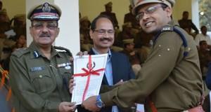डीजीपी पीके ठाकुर से सम्मान ग्रहण करते सुशील कुमार