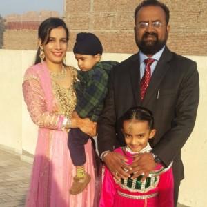 पत्नी और दो बच्चों के साथ फोटो 19 जनवरी 2015 को लगायी है.