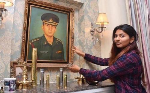 गुरमेहर अपने शहीद पिता की तस्वीर के साथ