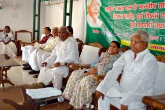 PATNA, MAR 26 (UNI):- RJD Chief Lalu Prasad with former Bihar Chief Minister Rabri Devi at party meeting in Patna on Sunday. UNI PHOTO-20U