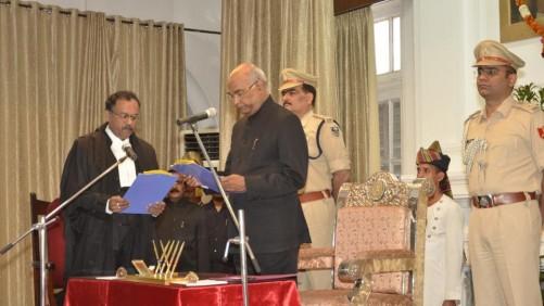 जस्टिस मेनन को राज्यपाल रामनाथ कोविंद ने शपथ दिलायी